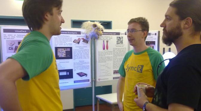 Teilnehmer des Projekttages vor Posterwand